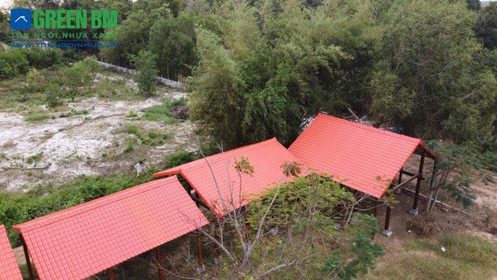 Nhà gỗ ngói nhựa đỏ địa điểm dừng chân lý tưởng